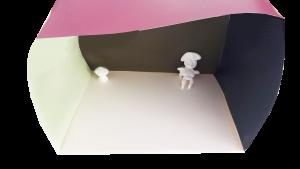 Minien ryhmän 7-vuotiaan Oiva Martikaisen rakentama tila, jossa materiaalina toimivat taipuisa kartonki, Tikkurilan värimallit ja silkclay.